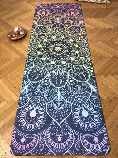 protiskluzová jógová podložka Chakra Sounds na parketové podlaze