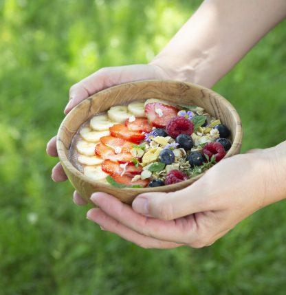 přírodní miska z teakového dřeva na smoothie bowl v dlaních