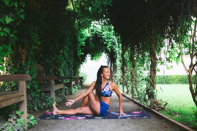 Veronika Ševčíková - lektorka jógy na jógové podložce Night Birds
