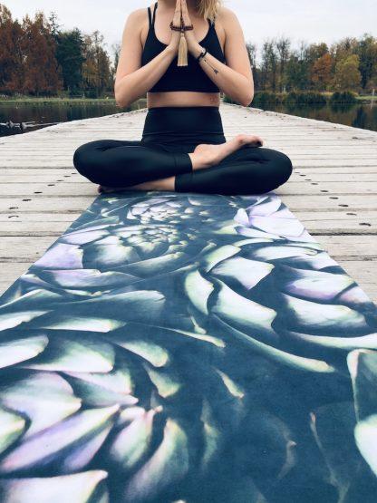 protiskluzová jógová podložka Strictly Vegan na prkenné podlaze s jogínkou