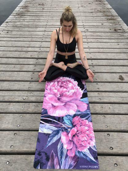 protiskluzová jógová podložka Love you Peonies na prkenné podlaze s jogínkou