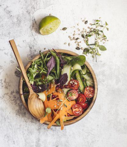 přírodní mísa z teakového dřeva na salát se zeleninovým salátem a polévkovou lžící dlouhou