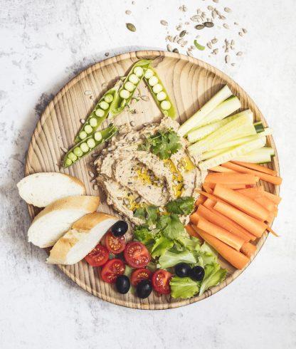 přírodní talíř z teakového dřeva velký s chlebem a zeleninou