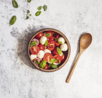 přírodní miska z teakového dřeva menší s rajčaty a mozarellou a lžící
