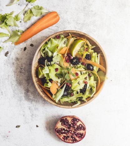 přírodní miska z teakového dřeva na salát se salátem