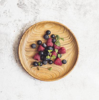 přírodní talíř z teakového dřeva dezertní s lesními plody