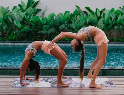 Veronika Sevcikova - lektorka jogy u bazenu