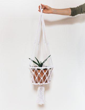 drhaná závěsná dekorace macramé květináč bílý