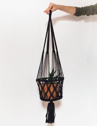 drhaná závěsná dekorace macramé květináč černý
