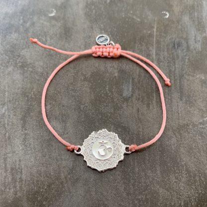 šňůrkový náramek 7. čakra, přívěšek z ryzího stříbra a satén meruňkový