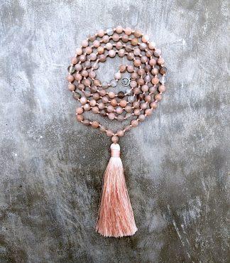 ručně vyrobená meditační mala Sluneční kámen s meruňkovým střapcem