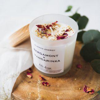 Sójová svíčka SUMMER ENERGY s vůní esenciálních olejů, nabitá pozitivní energií a ozdobená sušenými květy pro ještě krásnější boho život