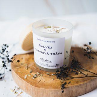 Sójová svíčka GREEN MEADOWS s vůní esenciálních olejů, nabitá pozitivní energií a ozdobená sušenými květy pro ještě krásnější boho život