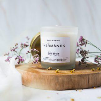 Sójová svíčka SO CALMING s vůní esenciálních olejů, nabitá pozitivní energií a ozdobená sušenými květy pro ještě krásnější boho život