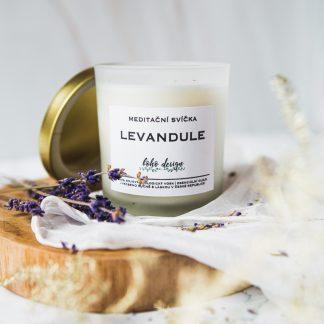 Meditační sójová svíčka s vůní esenciálních olejů, nabitá pozitivní energií a ozdobená sušenými květy pro ještě krásnější boho život