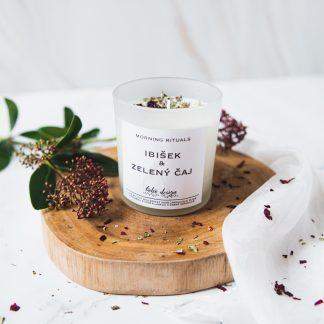 Sójová svíčka MORNING RITUALS s vůní esenciálních olejů, nabitá pozitivní energií a ozdobená sušenými květy pro ještě krásnější boho život