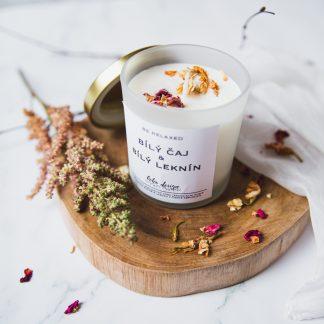 Sójová svíčka BE RELAXED s vůní esenciálních olejů, nabitá pozitivní energií a ozdobená sušenými květy pro ještě krásnější boho život